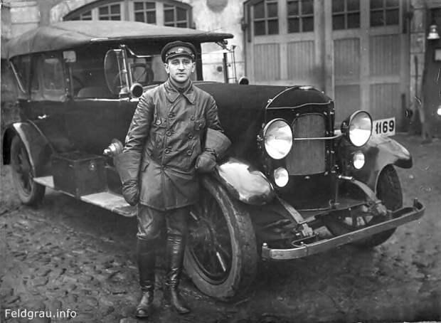 1927 - 1928 года. СССР. Шофер при Управлении пожарной охраны Ленинграда.