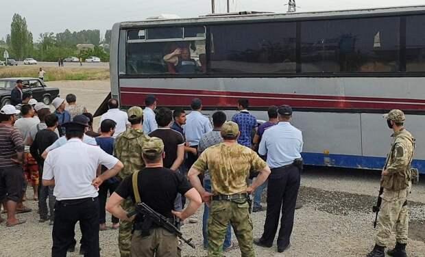 «Мы тут как пленные». Что привело к бунту застрявших в Дагестане азербайджанцев