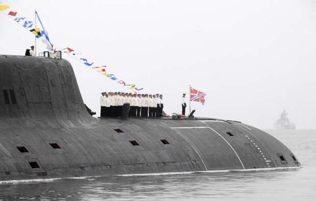 Экипаж атомной подводной лодки класса «Акула» в порту Владивостока
