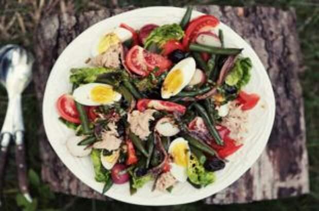 Правда, что вареные яйца делают овощной салат полезнее?