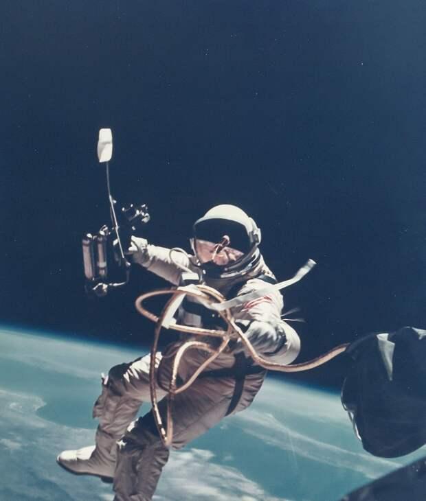 30. 1965, 3 июня. Первый выход американского астронавта в открытый космос. Ред Уайт уплывает от космического корабля «Джемини»-4