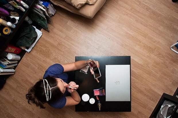 Когда нас никто не видит: фотограф показал, чем занимаются люди, когда остаются одни