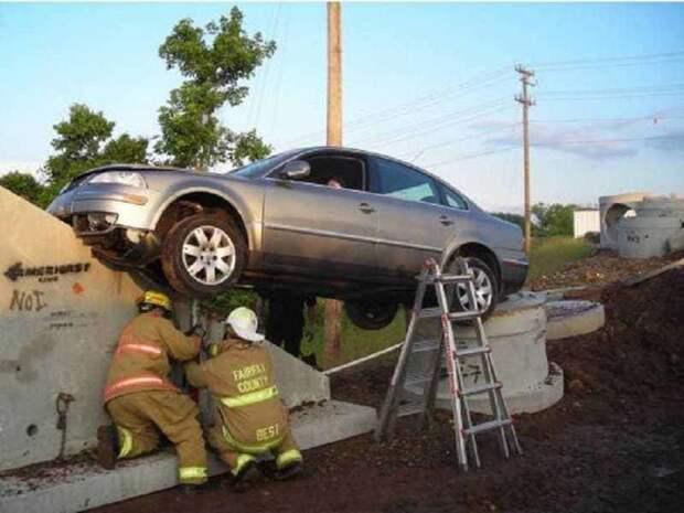 12. Странное место для парковки очень. авария, авто, бассейн, казус, мастера парковки, обрыв, парковка