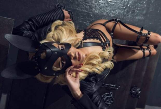 """Блондинка в образе """"БДСМ-зайки"""" оказалась юристом Минобороны Украины (пикантные фото)"""