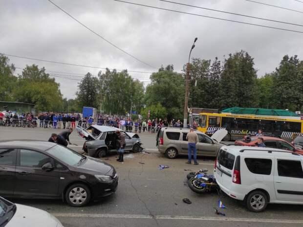 В Ижевске задержали мужчину, устроившего ДТП с 6 автомобилями и мотоциклом