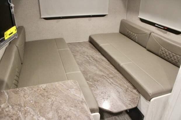 Обычно кемперы оснащены откидной двуспальной кроватью, которая трансформируется в столик и два диванчика авто, дома на колесах, кемпинг, отдых, прицепы, трейлер, трейлеры, фото