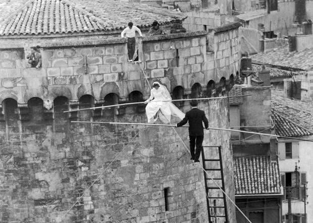 Свадьба канатоходцев Bertha Omankowski и Roger Decugis на высоте 20 метров. Франция, Тулуза, 25 мая 1954 года история, картинки, фото