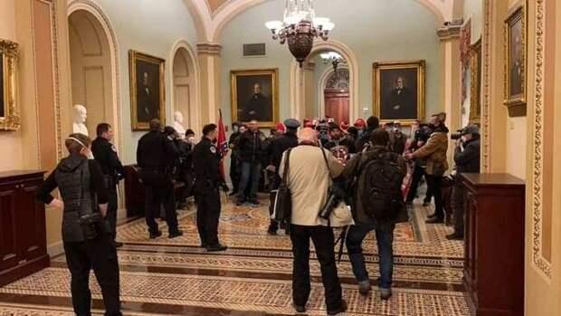 МОЛНИЯ: Американский Майдан начался, сторонники Трампа взяли штурмом Капитолий (+ВИДЕО, ФОТО)