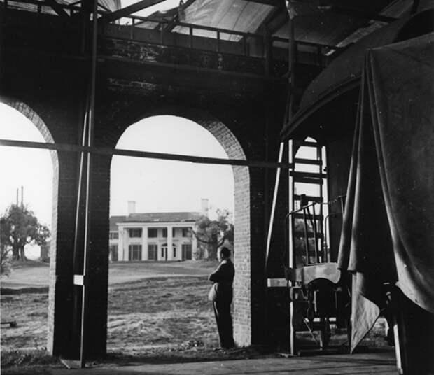 Дэвид О. Селзник на ныне не существующей студии «40 акров», где проходили натурные съемки Гражданской войны в Атланте для фильма «Унесенные ветром»