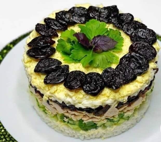Салат с черносливом и рисом
