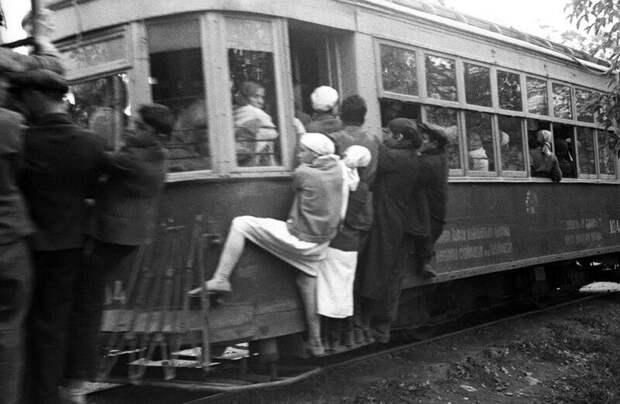 Поездка в трамвае в СССР, 1929 год. Спортсменка-комсомолка