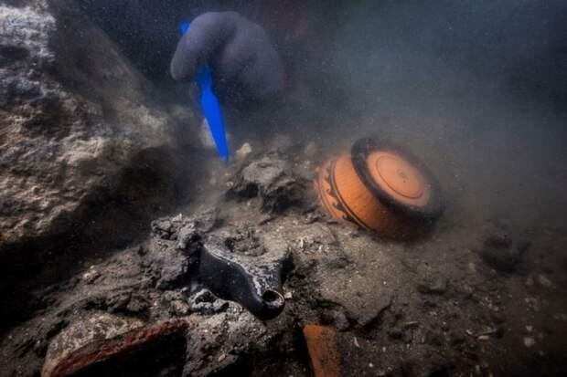 В подводном городе Египта нашли 2200-летние артефакты