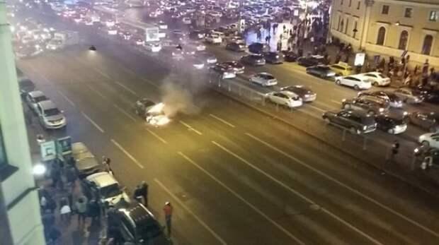 Во Владивостоке очевидцы помогли водителю потушить загоревшийся автомобиль