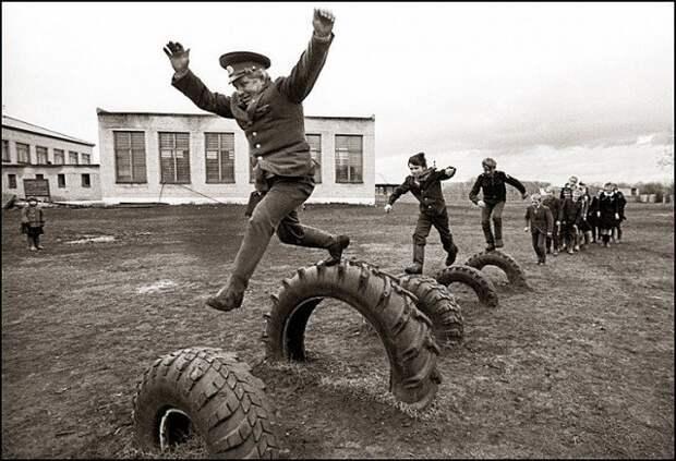 """Был еще такой предмет - НВП. Начальная Военная Подготовка. Автомат изучали, противогаз. Азы строевой подготовки. Еще из пневматической винтовки стреляли """"на зачет"""". После девятого класса военные сборы проходили. СССР, история, школа"""