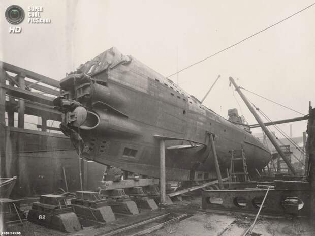 Великобритания. Уолсенд, Тайн-энд-Уир, Англия. 1918 год. Четыре носовых торпедных аппарата и передние горизонтальные рули на боку. (Tyne & Wear Archives & Museums)