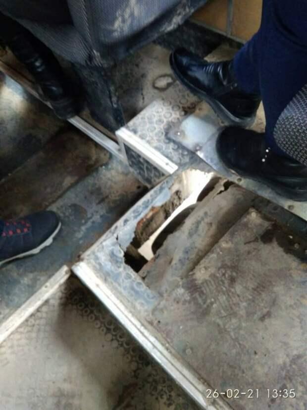 Пол симферопольского автобуса провалился прямо под пассажиркой