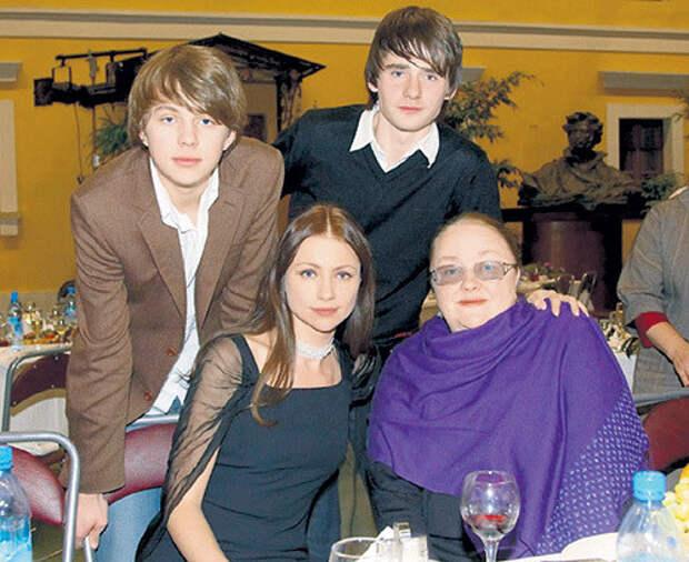 Екатерина Георгиевна Градова с дочкой Машей, сыном Алексеем и внуком Андреем (слева) дети, добро, родители, усыновление