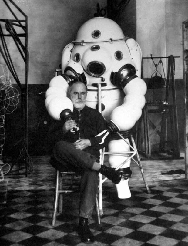 Роберто Галеацци на фоне созданного им жесткого глубоководного скафандра, 1935 год, Италия история, ретро, фото, это интересно