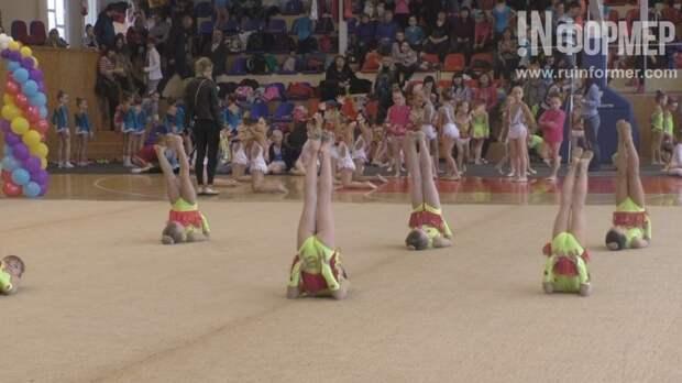 В Севастополе девочки высоко задирали ноги и кувыркались на ковре (фото, видео)