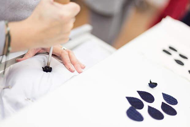 Мастера Maison Lemarié вырезают лепестки разогретым резцом © lejournalflou.com
