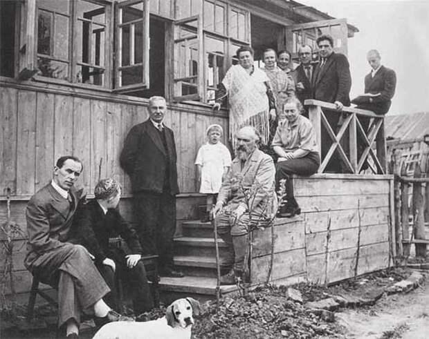 М.М.Пришвин в загорском доме. Рядом стоит А.М.Коноплянцев, в шали на крыльце — Ефросинья Павловна. 1939