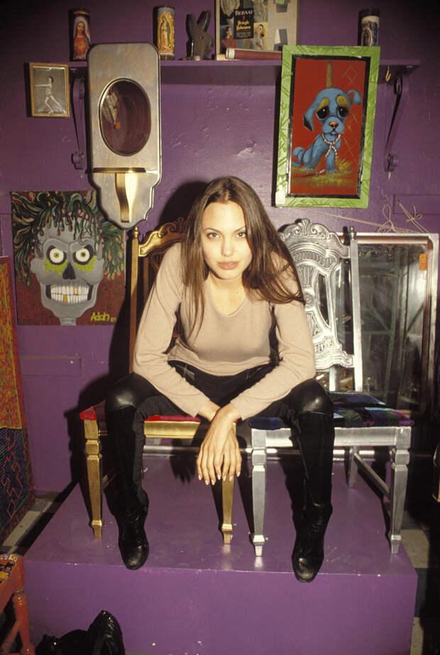 Анджелина Джоли (Angelina Jolie) в фотосессии Мишеля Буркара (Michel Bourquard) (1994), фото 25