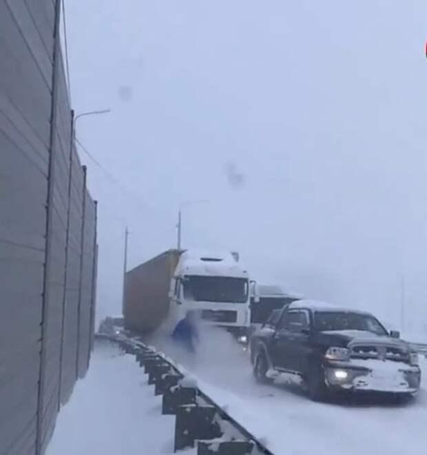 В Крыму внедорожник помог фуре выехать из «снежной» ловушки