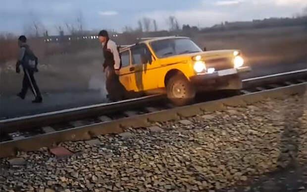 «Нива» застряла на железнодорожных путях. Ей помог проходящий поезд