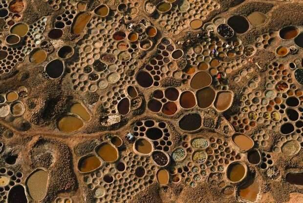 7 завораживающих фото соляных прудов в Сахаре, которые похожи на мозаику