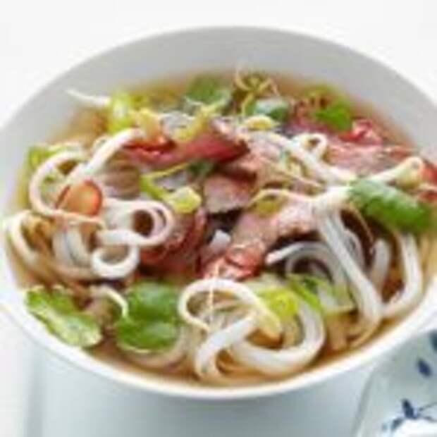 """Вьетнамский суп """"Фо Бо"""" с говядиной."""