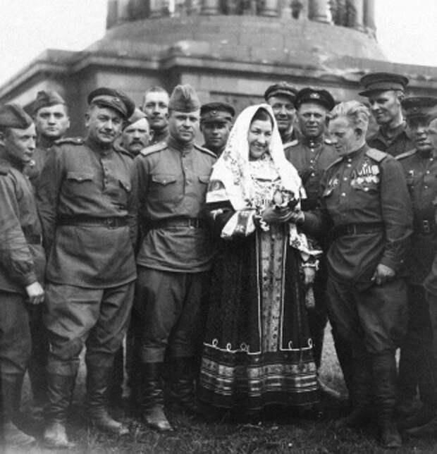 Лидия Русланова и советские солдаты в Берлине, 1945 год