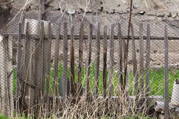 Старый забор зимой мог пострадать