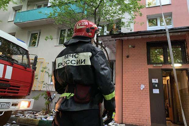 Кровля многоквартирного дома загорелась в Махачкале