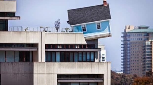 Падающий жилой дом на окраине здания...