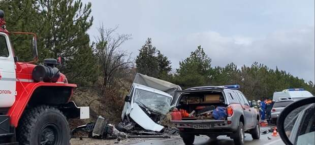 Водитель грузовика умер при столкновении с легковушкой в Крыму