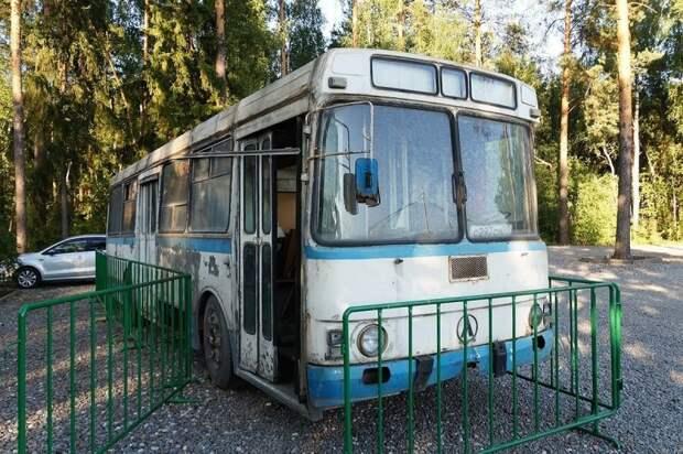 На постое в дружественном музее. Экспонат украшает входную группу вместе с танком и… трамваем. ЛАЗ, ЛАЗ-4969, авто, автобус, кухня, олдтаймер, ретро техника, фудтрак