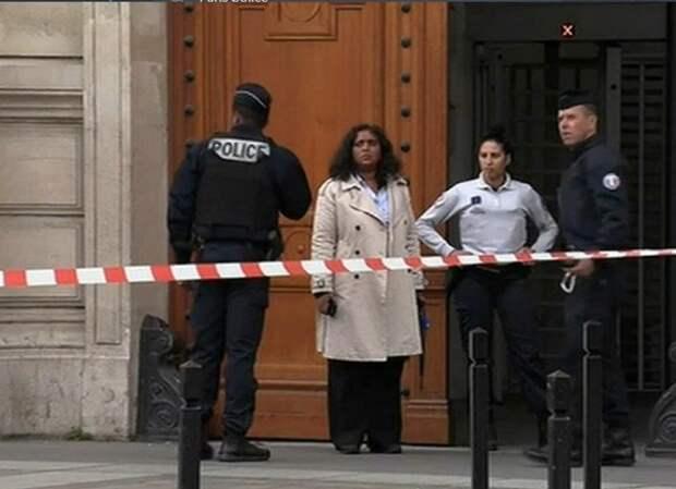 В Париже неизвестный с ножом ворвался в полицейский участок
