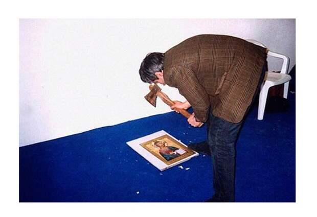 """""""Юный безбожник"""" - акция художника Авдея Тер-Оганьяна, проведённая на выставке """"Арт Манеж-98"""" в московском выставочном зале 4 декабря 1998 года."""