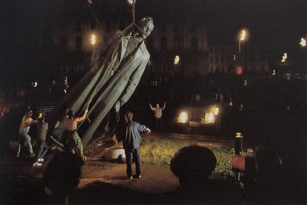 Вандализм над памятником Дзержинскому в 1991 году.