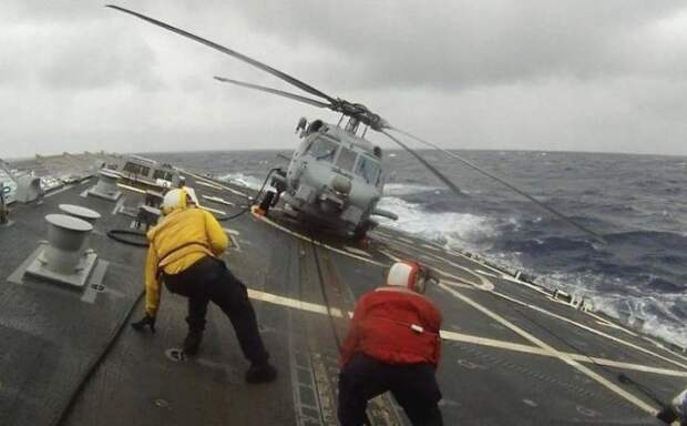 Вертолет на судне во время шторма