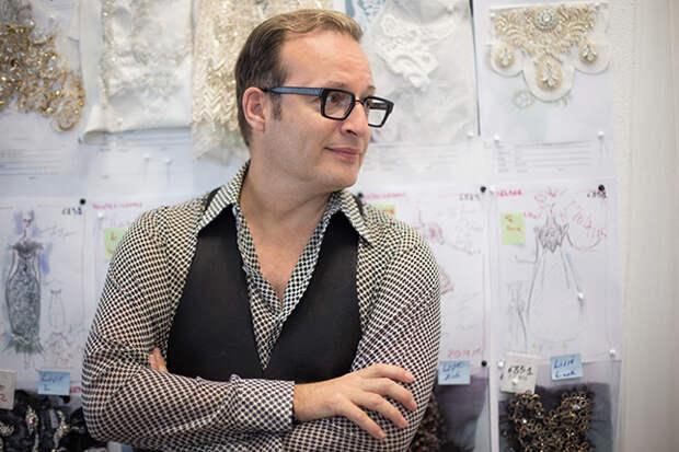 Юбер Баррер, креативный директор Maison Lesage, перед эскизами моделей для осенней коллекции Chanel Haute Couture 2014 года © lejournalflou.com