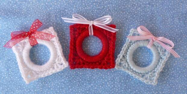 Whiskers & Wool: Christmas Present Ring Ornament