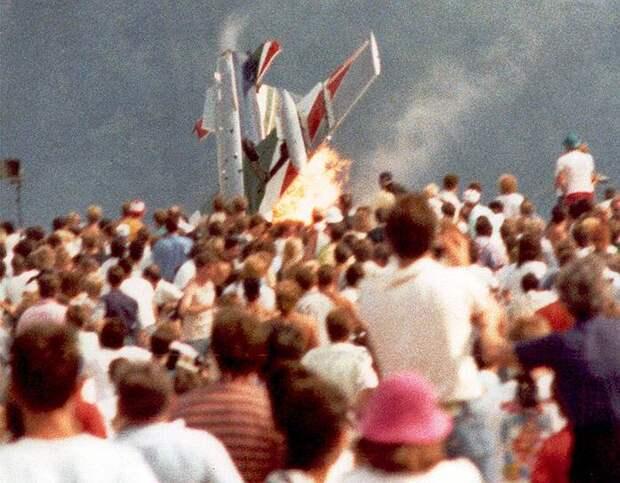 1988 год. На авиа-шоу в немецком Рамштайне сразу три самолета пилотажной группы итальянских ВВС Frecce Tricolori столкнулись в небе и упали на зрителей. Погибли 75 человек, 346 пострадали