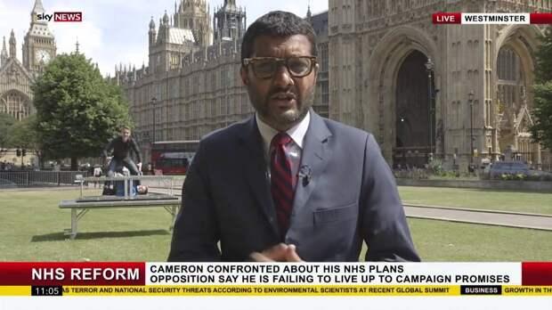 Уличные маги в прямом эфире устроили маленькое шоу за спиной у ведущего новостей