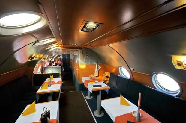 Салон ресторана внутри самолета Ту-104