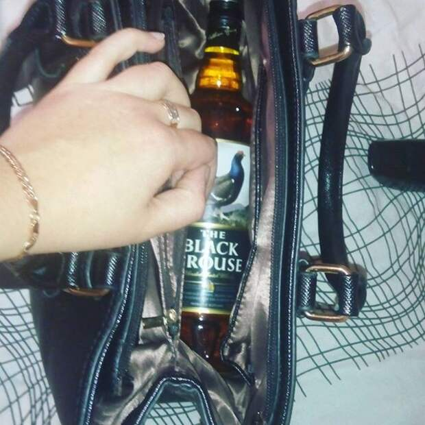 Второе место - это алкоголь  девушки, женская сумочка, женщины, прикол, юмор