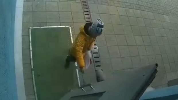 Кирпич едва не упал на голову ребёнка в Барнауле