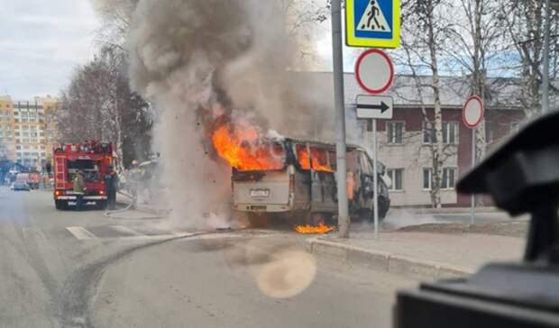 В центре Ханты-Мансийска около школы полностью сгорел микроавтобус