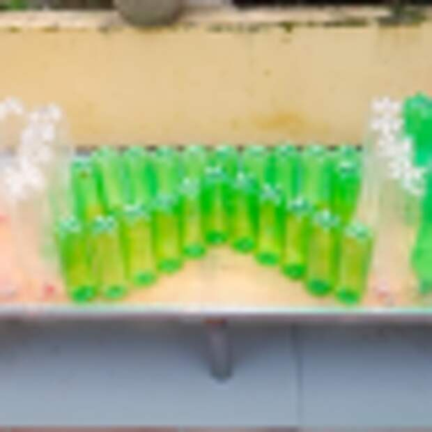 Не просто клумба, а целая декорация из пластиковых бутылок для украшения участка