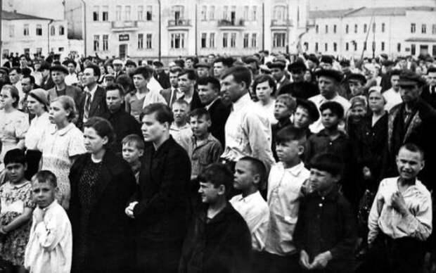 9 душераздирающих фотографий людей, которые услышали объявление о начале войны